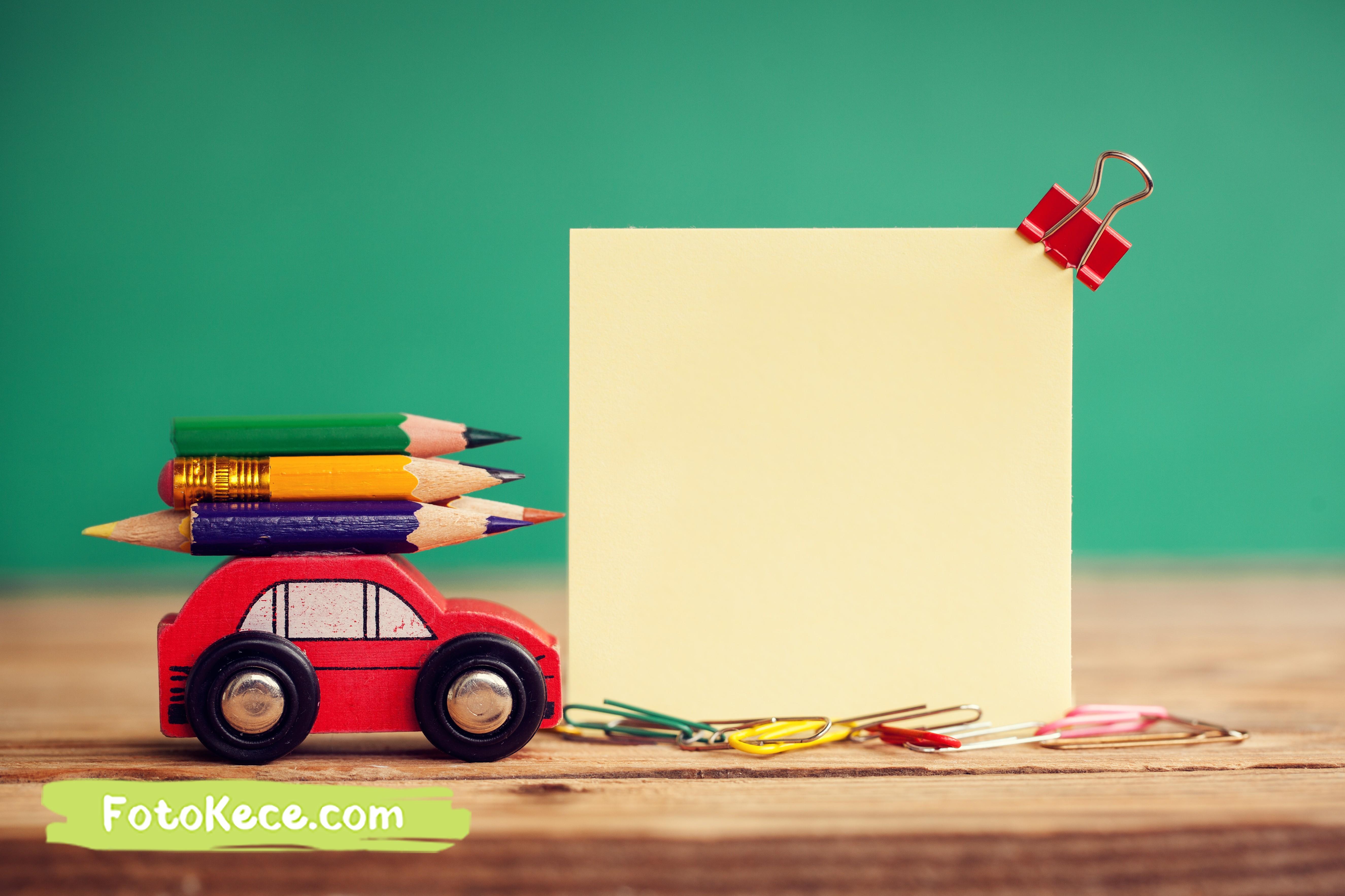 miniatur kayu konsep kembali ke sekolah pada contoh banner poster pendidikan pada fotokece