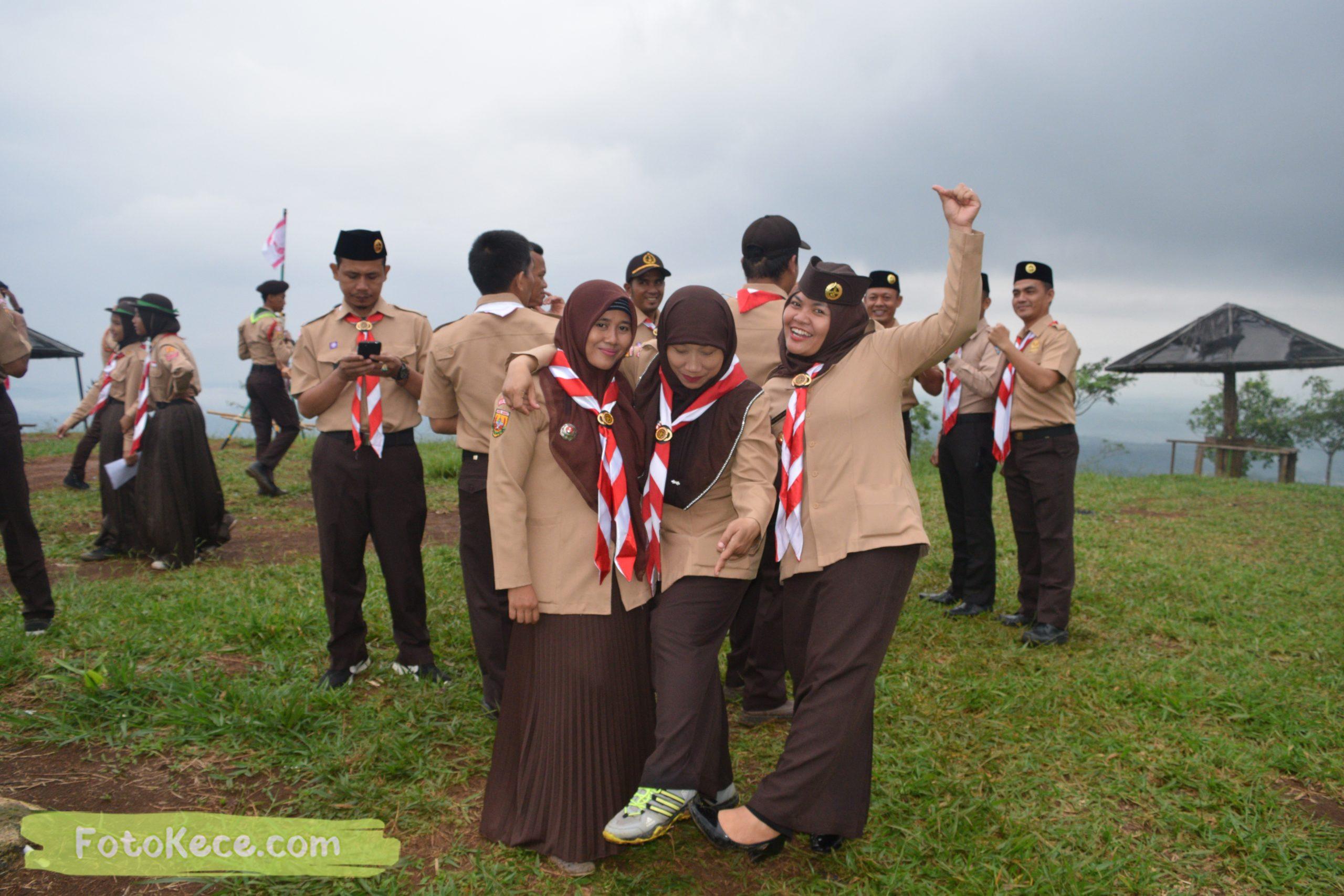 foto bareng pembukaan perkemahan narakarya 1 mtsn 2 sukabumi 24 25 januari 2020 pramuka hebat wisata alam puncak buluh jampangkulon 69 scaled