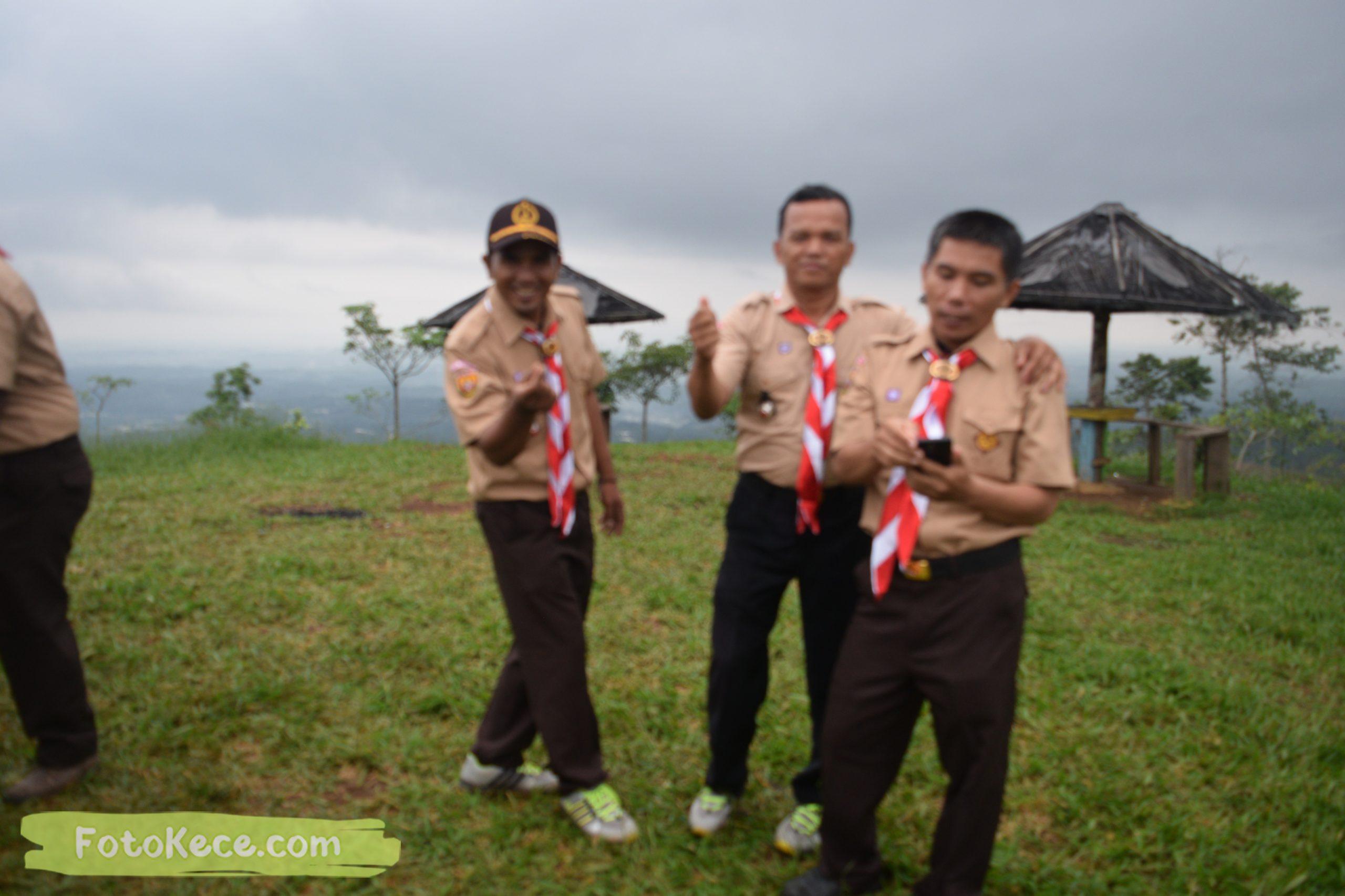 foto bareng pembukaan perkemahan narakarya 1 mtsn 2 sukabumi 24 25 januari 2020 pramuka hebat wisata alam puncak buluh jampangkulon 74 scaled
