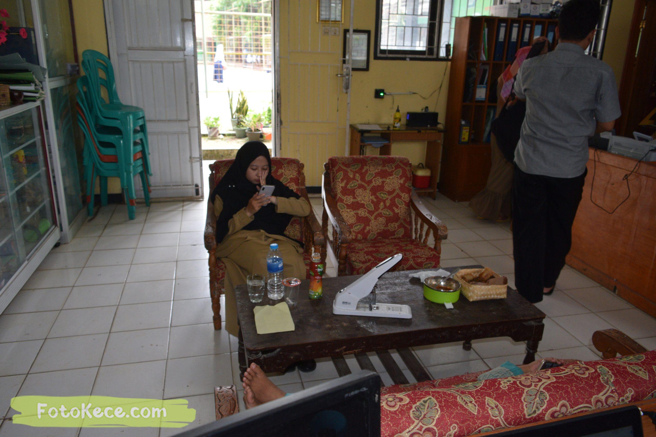 dini santai di ruang guru 04022020 foto kece 1 scaled