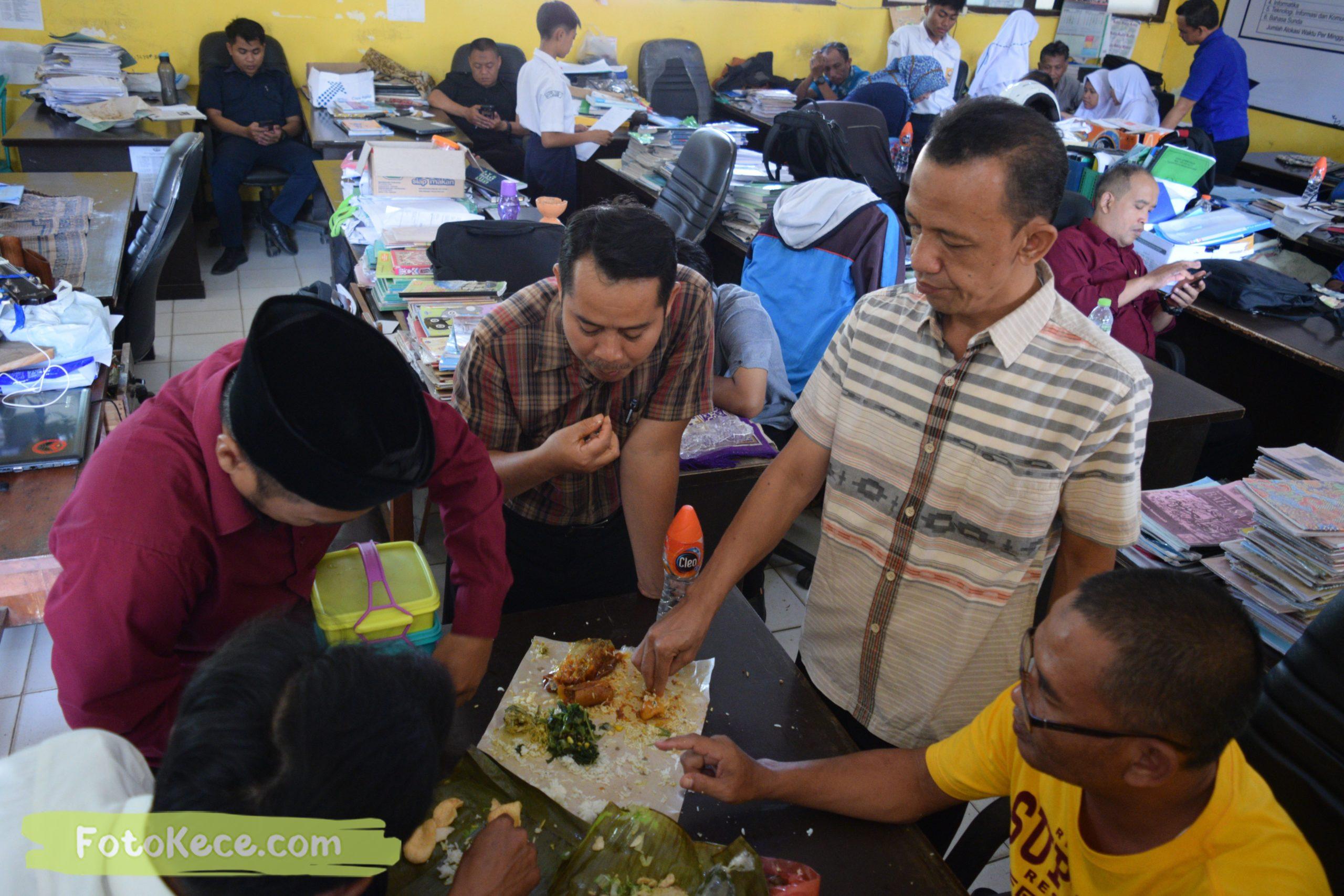 foto makan bareng sewaktu rapat komite dengan ortu 9 mtsn 2 sukabumi foto kece 05022020 37 scaled