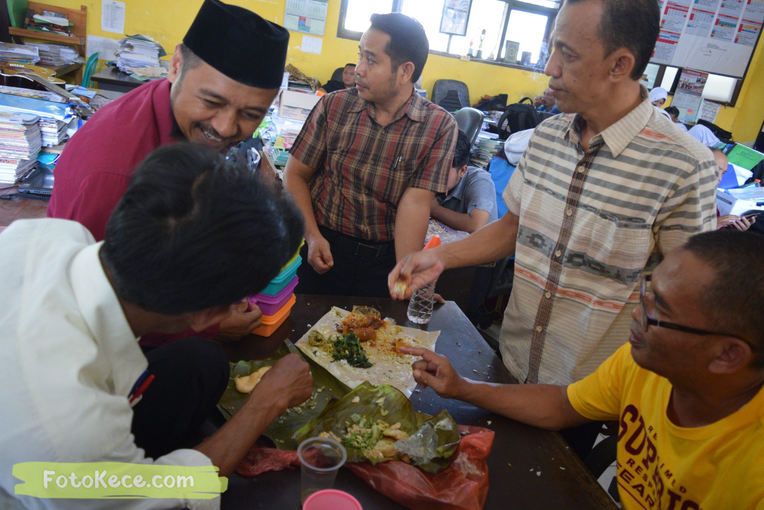 foto makan bareng sewaktu rapat komite dengan ortu 9 mtsn 2 sukabumi foto kece 05022020 38 scaled