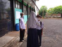 Asep yudi Cek suhu sebelum masuk dan KBM pada masa pandemi di MTsN 2 Sukabumi (1)