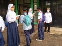 Cek suhu sebelum masuk dan KBM pada masa pandemi di MTsN 2 Sukabumi (2)